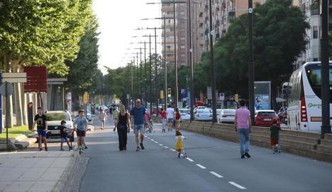 Persones passejant pel mig de la calçada, ahir, a l'avinguda Madrid de Lleida.