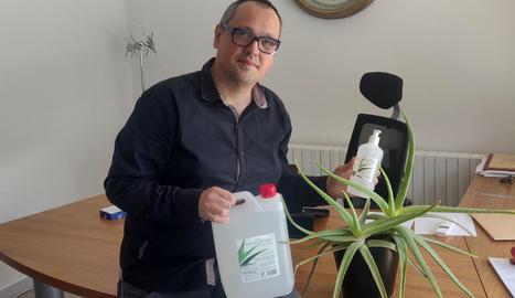 El promotor de la marca amb l'envàs de gel desinfectant.