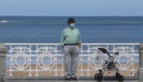 Un home al passeig de la Concha de Sant Sebastià, ahir.
