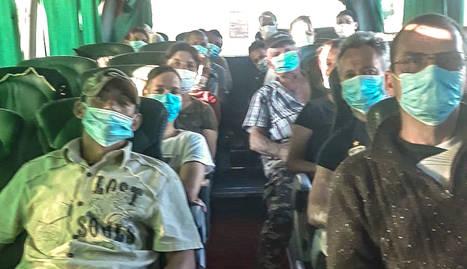 Temporers romanesos, a l'interior d'un dels autobusos que van arribar ahir a Lleida.