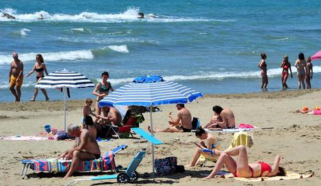 Mentre es relaxen cada vegada més les restriccions, molts italians van aprofitar el bon temps d'ahir per anar a la platja.