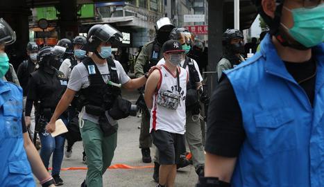 Detenció d'un dels activistes en la manifestació.