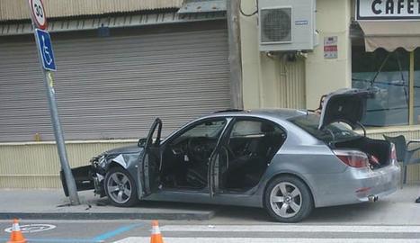 Un cotxe s'encasta contra un fanal a Tàrrega
