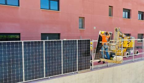 La instal·lació de les plaques fotovoltaiques al llarg de la tanca, que va concloure divendres passat