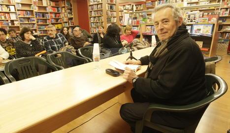 Pere Rovira, en una imatge d'arxiu, durant la presentació a la Llibreria Caselles d'un dels seus llibres.