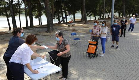 L'entrega de mascaretes gratuïtes al centre de Mequinensa.