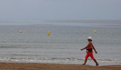 El temps no va acompanyar en la reobertura de les platges tarragonines. A la imatge, Salou, ahir.