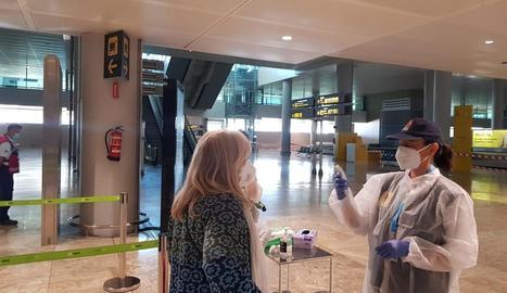 Presa de temperatura a una passatgera a l'aeroport d'Alacant, aquest cap de setmana.