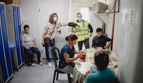 Treballadors romanesos, ahir dinant en un allotjament.