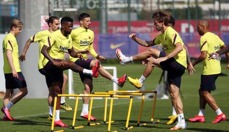 Quique Setién dirigeix l'entrenament, en què la plantilla del Barça va estar dividida en dos grups.