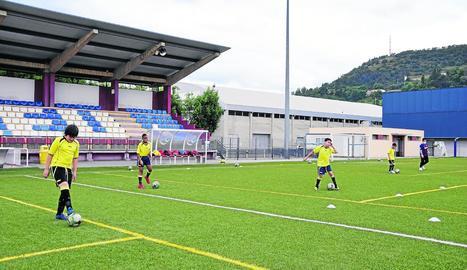 Els alevins del Club Esportiu Ciutat la Seu van ser els primers a tornar a trepitjar el camp de futbol, sempre mantenint la distància.