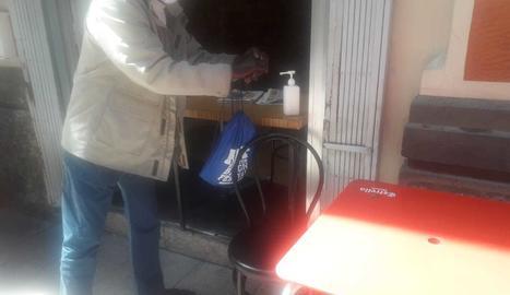 Un client utilitzant el gel hidroalcohòlic.