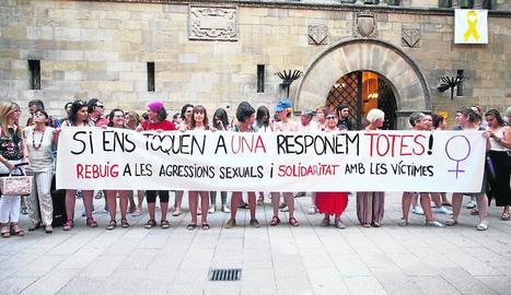 Protesta davant la Paeria després de l'arxivament de les denúncies - Dones a Escena i altres col·lectius fa mesos que clamen contra els suposats abusos. A l'estiu es van manifestar, al costat d'altres entitats, a la plaça Paeria per denun ...