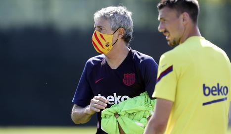 Quique Setién va lluir una de les màscares oficials del club.