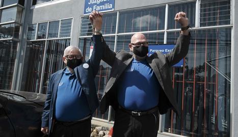 Una parella homosexual de Costa Rica, ahir, just després de contreure matrimoni en un jutjat.