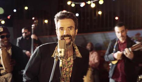 Fotograma extret del videoclip de la cançó 'Eso que tú me das' en el qual apareix Pau Donés.