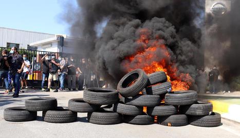 Els treballadors de Nissan van cremar pneumàtics durant les protestes pel tancament de les plantes.
