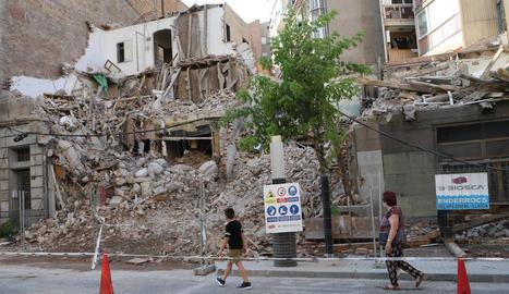 Estat actual de la demolició dels edificis a la cantonada de Prat de la Riba i Príncep de Viana.