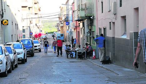 Persones caminant i assegudes en una terrassa, ahir a la tarda a Aitona.