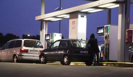Conductors es proveeixen en una gasolinera del polígon industrial El Segre de Lleida, en una imatge d'arxiu.
