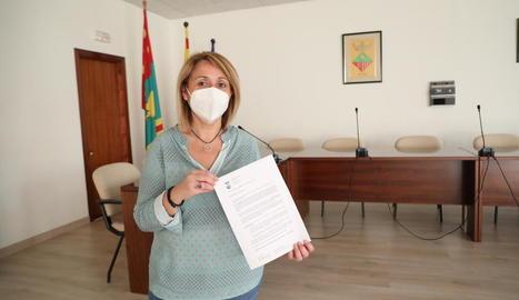 L'edil d'Aitona, Rosa Pujol, ahir, mostrant la denúncia remesa a la subdelegació del Govern espanyol.