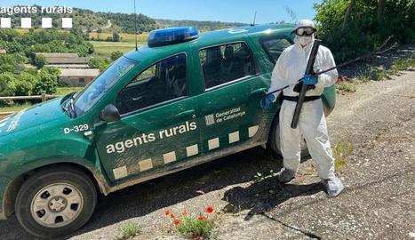Un dels agents equipat amb els elements de protecció.