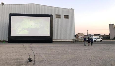 Preparatius a l'aparcament de l'antiga discoteca Big Ben, amb la pantalla de 10 metres d'ample.