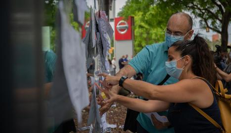 Treballadors de Nissan enganxen cartells com a protesta en un concessionari de la marca nipona.