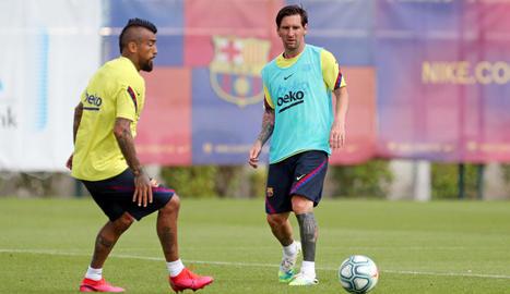 Arturo Vidal i Messi, durant l'entrenament d'ahir del FC Barcelona.