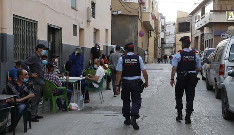 Imatge d'una patrulla d'agents dels Mossos d'Esquadra ahir a la tarda a Aitona.