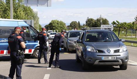Imatge d'un control de mobilitat dels Mossos el 30 d'abril a la sortida de Lleida.