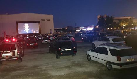 Un centenar de vehicles van omplir ahir a la nit l'aparcament de l'antiga discoteca Big Ben.
