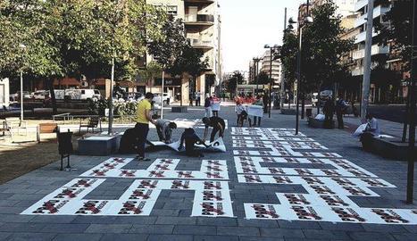Activistes d'Òmnium Lleida preparaven el mosaic ahir al matí a la plaça Pau Casals.