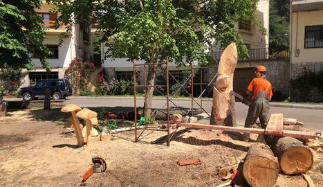 L'escultor Roger Vidal treballant un dels arbres talats.