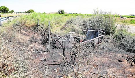 El vehicle es va incendiar després d'impactar contra una peça de formigó.