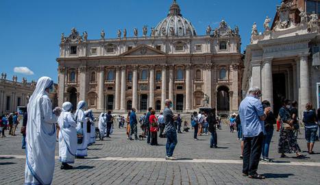 Els fidels van tornar a acudir a la plaça de Sant Pere de Roma.