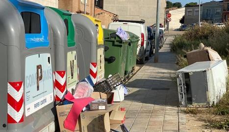La Policia Local d'Almacelles denúncia incivisme a les illes de contenidors