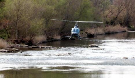 L'helicòpter del COPATE fumigant contra a mosca negra al riu Segre, prop de la depuradora de Lleida.