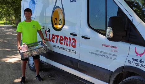 Un treballador de la lleteria social Talma de Juneda.