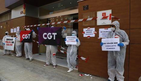 Membres de la CGT han precintat la seu del Departament d'Educació a Lleida  en forma de performance simbòlica.