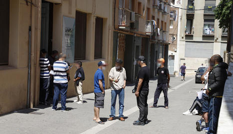 Cua davant el centre de repartiment de menjar al carrer Panera, ahir.
