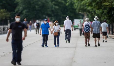 Diverses persones passejaven ahir pel parc d'El Retiro de Madrid protegits amb mascaretes.