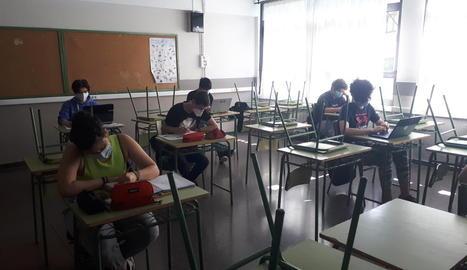Els primers alumnes a l'institut de Vielha després del tancament per la crisi sanitària del coronavirus.