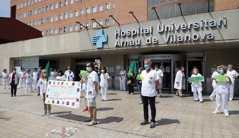 La concentració d'aquest dimecres davant de l'hospital Arnau de Vilanova de Lleida.