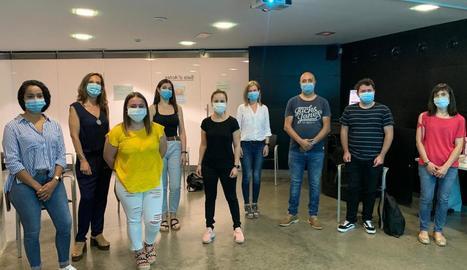 Foto de família dels sis mediadors que Salut ha contractat juntament amb altres professionals sanitaris.