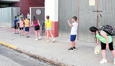 Alumnes en fila esperant entrar ahir a l'escola Sant Gil de Torà.