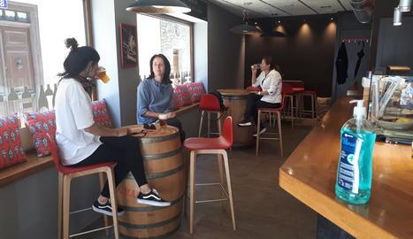 Imatge d'un bar de la localitat de Vielha amb clients consumint unes begudes mantenint les distàncies i mesures de seguretat.