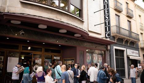 Espectadors esperant per entrar al Cinema Majèstic de Tàrrega en el marc del Galacticat el juny de l'any passat.