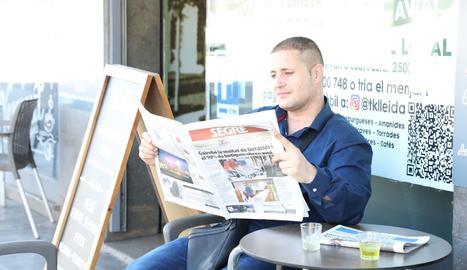 Un lector de SEGRE en una terrassa.