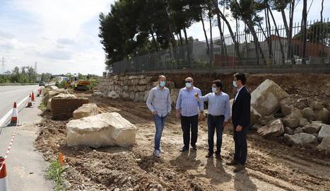 Isidre Gavín, el segon per la dreta, va visitar ahir les obres.
